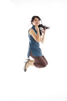 モデル 人物 日本人 日本 女性 女 女子 大人 20代 30代 ロングヘア  笑顔 スマイル 笑う 微笑む えがお 微笑み わらう 綺麗 きれい 可愛い ガッツポーズ ガッツ 応援 頑張る ファイト 気合い 喜ぶ よろこぶ 嬉しい うれしい 歓喜 歓声 興奮 ハッスル ハイテンション ジャンプ 跳ぶ 飛び上がる 全身  白バック 白背景 mdjf019