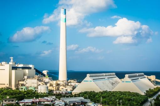 火力発電 温暖化 海 街中 沖縄 空 発電 電気 青空 エネルギー 煙突 工場 水平線 雲