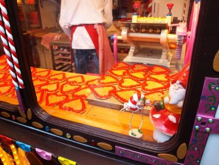クリスマス 冬 ハート クッキー サンタ キッチン イベント クリスマスマーケット エプロン 忙しい 繁盛 せっせと 準備 お菓子 お菓子作り
