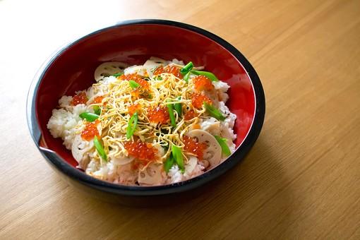 ちらし寿司 いくら れんこん 錦糸卵 豪華 祝い事 和食 日本 野菜 食べ物 食事 料理 根菜 米 白米 食器 和食器 陶器 机上 食卓 和 郷土料理 夕食 家庭料理 日本料理 御飯 和柄