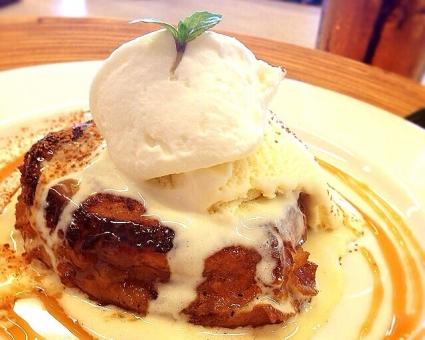 アイスクリーム パンケーキ 喫茶店 おやつ カフェ ミント バニラ ハチミツ メープル 甘味 美味しい 甘いもの デザート お茶 デート スイーツ カラメル テーブル お皿 できたて ふわふわ おいしい