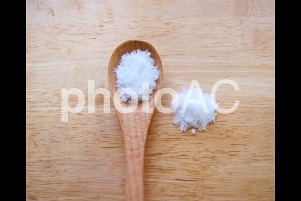 塩とスプーン(にがり多めの塩)25の写真