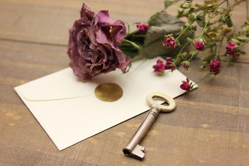 アンティーク キー 鍵 かぎ カギ セキュリティ 防犯 金属 古い レトロ ビンテージ ヴィンテージ 施錠 木 ウッド 封筒 手紙 花 植物 ドライフラワー シック 薔薇 ばら バラ