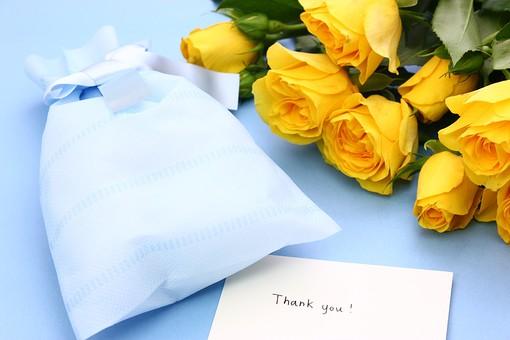 父の日 イベント プレゼント ギフト 行事  花 フラワー 生花 バラ ばら 薔薇 明るい さわやか 爽やか  花束 黄色 青色 水色 6月 六月 感謝 贈る 青バック リボン ありがとう THANK YOU thank you カード メッセージ メッセージカード