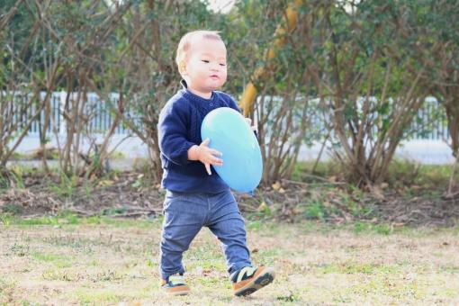 歩き始めの赤ちゃんの写真