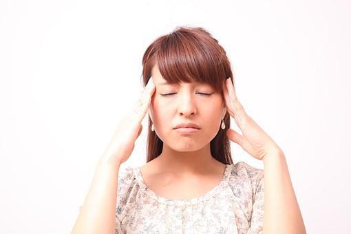 人 人間 人物 人物写真 ポートレート ポートレイト 女性 女 女の人 若い女性 女子 レディー 日本人 茶髪 ブラウンヘア セミロングヘア  白色 白背景 白バック ホワイトバック  手 指 ポーズ ショック 肘を曲げる 額に手 頭痛 頭が痛い 目をつぶる 目をつむる リラックス ふらつく めまい 押す 側頭部 集中 目を閉じる 閉じる mdfj012