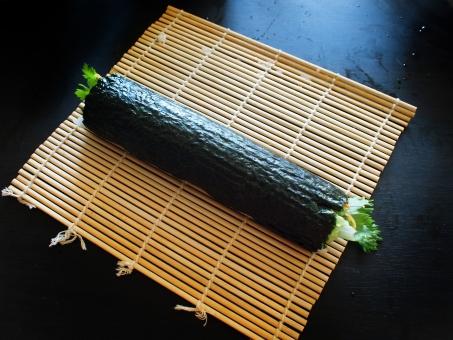 巻き寿司 まきずし 巻きすし 巻きスシ 寿司 ノリ 焼肉 酢飯 すめし のり 海苔 巻き簾 まきす sushiroll yakiniku sushi japanesefood サラダセロリ 料理 手料理 焼肉ロール