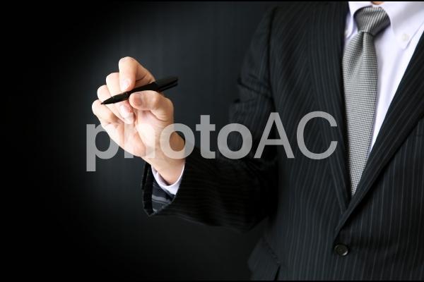 なにかを書くビジネスマン の写真