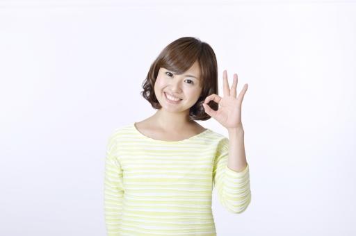 女性 女 人物 人 人間 日本人 笑顔 ジェスチャー 仕草 ポーズ 手 ハンド OK OKサイン 了解 大丈夫 片手 スマイル 歯 かわいい カメラ目線 正面 白背景 笑う 喜ぶ 白バック 一人 ハンドサイン mdjf003