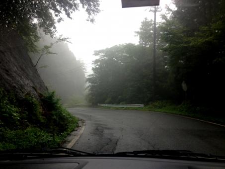 くるま クルマ 自動車 乗用車 乗り物 car 交通 自然 ドライブ 助手席 車載映像 車載画像 車窓 風景 カーブミラー 山道 峠道 田舎道 一般道 片側通行 霧 濃霧 土砂降り 雨天 雨降り 霞 徐行運転 霧灯 フォグライト 素材