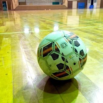 フットサルシューズ シューズ フットサルコート 屋内 競技場 天井 屋根 ドーム 多目的 スポーツ フットサル インドア 体育館 ボール フットサルボール サッカー サッカーボール