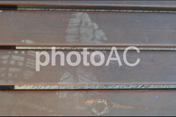 足跡がついている木の板の写真
