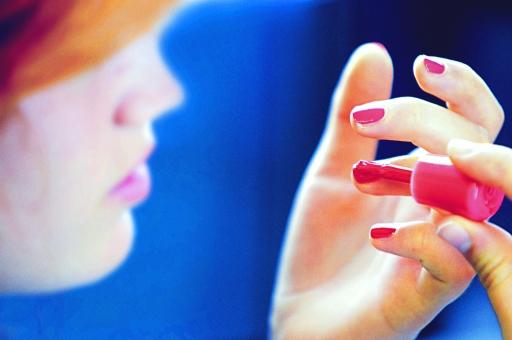 人物 女性 若い 綺麗 美しい アップ メイク 美容 化粧 化粧品 メイクアップ CM 変身 パウダー ファンデーション 整える お出かけ デート プロ 準備 身支度 身だしなみ 外人 ブロンド 道具 マニキュア 爪 外国人  mdff035