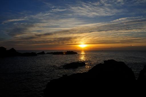 朝日 朝焼け 朝 日の出 海 夜明け 和歌山県 串本 潮岬 太平洋 元旦 初日の出 1月1日 冬 自然 風景 雲 空 初