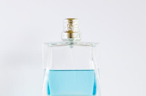 香水 ファッション ガラス 透明 瓶 ビン ビューティー 化粧 液体 化粧品 スプレー ボトル アロマ 匂い 香り ローション 白バック 白背景 アップ オーデコロン コロン フレグランス メイク 芳香剤 青 ブルー 水色 ライトブルー パヒューム 癒し 美容 おしゃれ
