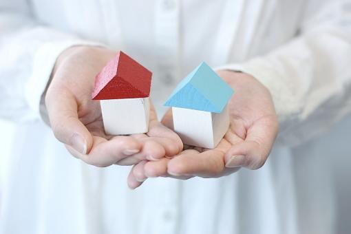 家 手 女性 人 住宅 インテリア 新築 建築 不動産 引っ越し 引越し 家庭 住まい 人物 白 さわやか 雑貨 小物 積み木 おもちゃ 新居 建設 人物 家計