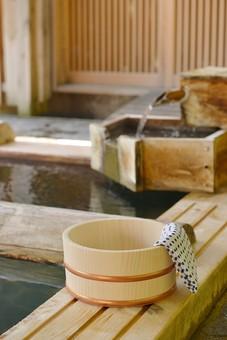 温泉の桶と手ぬぐいの写真