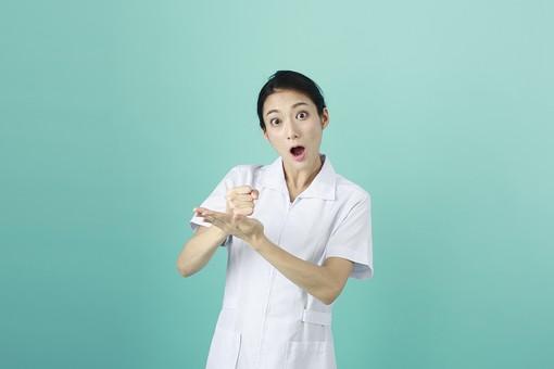 人物 女性 日本人 20代 30代   仕事 職業 医療 病院 看護師  ナース 医者 医師 女医 薬剤師  白衣 看護 屋内 スタジオ撮影 背景  グリーンバック おすすめ ポーズ 上半身 合点 納得 わかった なるほど 仕草 ジェスチャー mdjf010