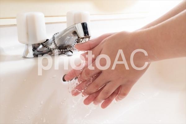 手洗いをする日本の小学生の手元の写真