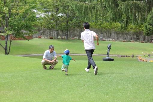 マゴ 孫 芝生 子ども 子供 幼児 お爺ちゃん おじいちゃん おじいさん お爺さん 男の子 男性 日本人 家族 親族