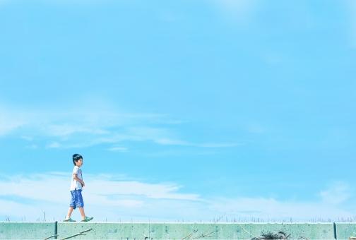 スペース 夏 子供 男の子 空 青空 水色 海 夏休み 雲 日本 海岸 堤防 一人 季節 四季