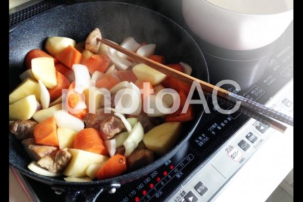 IHクッキングヒーターで調理の写真
