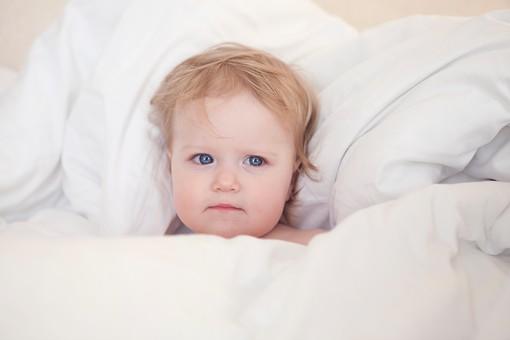 赤ちゃん 外国人 子供 子ども こども 女の子 女児 乳児 ライフスタイル 部屋 室内 屋内 ベッド 布団 ふとん 寝る 横になる 寝転ぶ 寝かせる 裸 はだか はだかんぼ 可愛い かわいい カワイイ 金髪 mdfk037