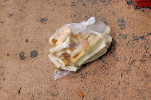パン 耳 路上 廃棄 ビニール 生活苦 食べ物 食パン