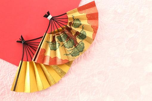 年賀状 素材 正月 飾り 扇 松 縁起物 金色 ペーパークラフト クラフト 工芸 ハンドメイド 手作り 作品 芸術 アート 小物 折り紙 和紙 和風 古風 日本 明るい 華やか 女性的 ピンク 余白 スペース