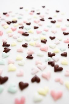 ハート はーと はあと 可愛い かわいい カワイイ ぷっくり ピンク 桃色 淡い パステルカラー パステル たくさん いっぱい 散りばめ 大きい 小さい 大小 ハンドメイド てづくり 手づくり 手作り 樹脂粘土 樹脂 粘土 背景白 背景 白 テクスチャ テクスチャー 壁紙 スイーツデコ パーツ 小物 黄色 きいろ イエロー 水色 茶色 チョコ 濃いピンク 紫 ぱーぷる むらさき 黄緑 きみどり みどり カラー 縦 縦画像 待ち受け