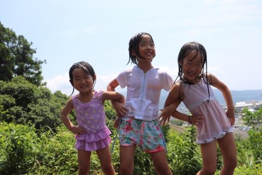 笑顔 女性 余暇 夏 喜び 家族 子供 女の子 幼児 空 小学生 友達 緑 楽しみ 愛 青 自然 背景 草 山 友情 幸福 壁紙 ピュア 水遊び ダンス 姉妹 水着 肖像画 楽しさ 好意 笑って 屋外で 一体感