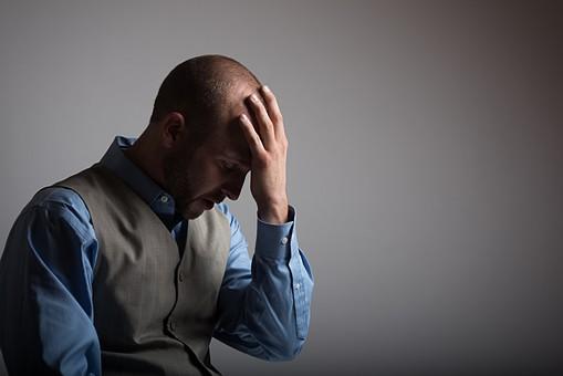 困る 考える 頭を抱える スキンヘッド 薄毛 ハゲ 坊主 茶髪 白髪 ヒゲ 髭 毛深い 卵型 ブルーアイ 青い目 二重 外国人 男性 40代 中年 スーツ シャツ 社会人 ビジネスマン サラリーマン 悩む mdfm077