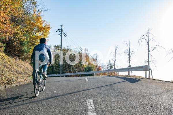 ロードバイクでサイクリングを楽しむ男性の写真