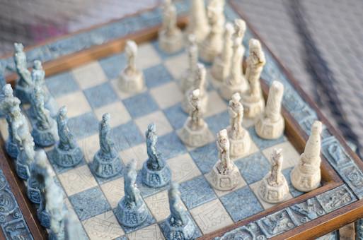 チェス 駒 マス 大理石 古代 アンティーク チェスピース ピース ゲーム チェスボード チェス盤 ボードゲーム マインドゲーム ルール 知能 考える 予想 予測 技能 戦略 勝者 敗者 勝利 敗北 ラフ フィルター ブルー アイボリー 青銅色 整列 ローマ スパルタクス
