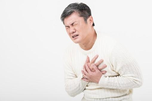 50代 中年 中高年 シニア ポーズ 白背景 白バック  白髪 しらが グレー グレーヘア 短髪 父 お父さん おじさん おじいさん おじいちゃん 目上 セーター 白いセーター 私服 プライベート   胸 痛む 痛い 胸痛 心臓 心臓病 心臓発作 病気 発作 苦しむ 苦   日本人 男性 男 苦しい mdjms013