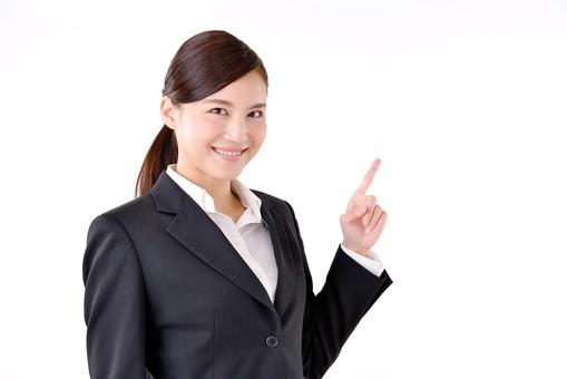 人物 日本人 女性 若い 若者  20代 スーツ 就職活動 就活 就活生  社会人 OL ビジネス 新社会人 新入社員  フレッシュマン 面接 真面目 清楚 屋内  白バック 白背景 上半身 指差し 上 ポイント 案内 説明 ガイド アドバイス 注目 ビジネスマン mdjf007
