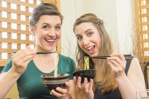 そばとうどんを食べる女性外国人観光客8の写真