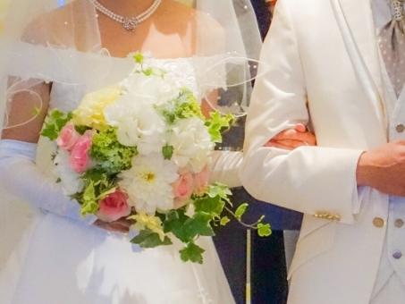 ウェディング ウェディングドレス タキシード 結婚式 女性 男性 腕を組む 寄り添う 幸せ ハッピー ブーケ ホワイト 純白 花 プリンセス ベール 明るい 未来 宝石 輝く 手を取る 暖かい 祝い 夫婦 atohs カップル ブライダル 花嫁 新郎