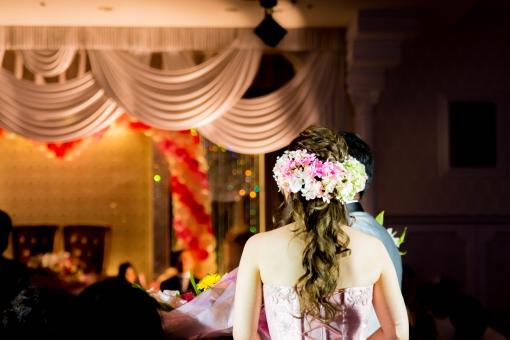 花嫁 カップル 式典 式場 セレモニー 背中 愛情 マリッジ ブライダル 披露宴 二人 キャンドルサービス イベント 夫婦 未来 ラブ 嬉しい お祝い 舞台
