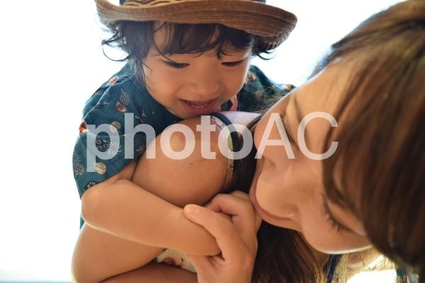 触れ合う親子の写真