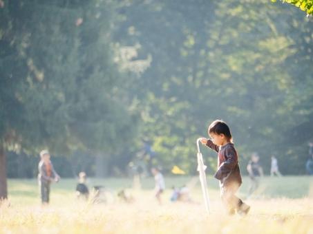 母子 親 おや 母 マザー 子 赤ん坊 幼児 だっこ 絆 触れ合い 抱っこ 抱く うれしい 屋外 外 野外 お散歩 外出 お出かけ 公園デビュー かわいい あどけない 幼い ふれあい スキンシップ 公園 座る 自然 男 男性 人物 ファミリー パパ ママ お父さん お母さん 父親 母親 親子 家族 団欒 団らん 遊ぶ 息子 男の子 リラックス 休日 おもちゃ 若い 日本人 お花 花 子ども 子供 こども 笑う 楽しい 笑顔 黄色 秋 紅葉 10月 11月 ボケ 光が丘公園 ポストカード イメージ 逆光 清々しい 優しい 午後 温かい 暖かい 育児 学童 学資 保険 守る 保育 見上げる 雨 雨上がり 散歩 写真 フォト