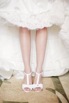 人物 人 人間 女性 白人女性 外国人 レディ 婦人 上品 エレガンス エレガント  ウェディング 結婚 ドレス ブライダル 室内 屋内 靴 足 ウェディングシューズ ブライダルシューズ 白 ホワイト シューズ 脛 ウェディングドレス 花嫁