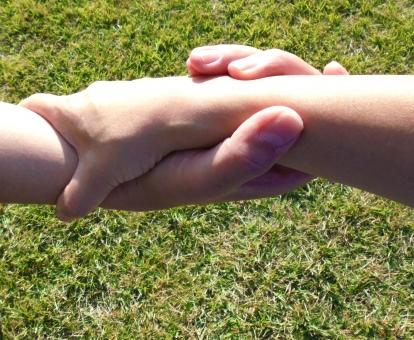 手つなぎ てつなぎ 絆 支え 手繋ぎ きずな きづな 助け合い 支え合い 引っ張る 結びつき 繋がり つながり 握る 手を握る 手を組む 成立 救助 手首 指 恋人 夫婦 手を携える ソウルメイト めぐり合い 出会い