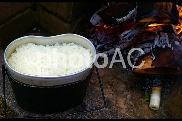 飯ごうで炊いたご飯の写真