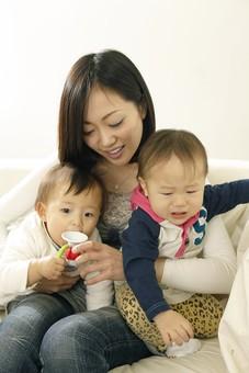 親子 母子 親 おや 母 母親 ママ マザー 子ども 子供 子 赤ちゃん 赤ん坊 乳児 幼児 ベイビー 抱っこ だっこ 抱く 絆 笑顔 笑う 女性 女 人物 触れ合い ふれあい 室内 部屋 座る 兄弟 姉妹 玩具 おもちゃ ラッパ 日本人 mdfk006 mdfk008 mdjf016