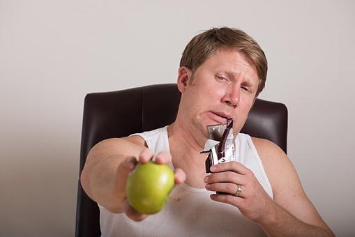 チョコレート 板チョコ  お菓子 スナック 間食 おやつ 高カロリー 青林檎 青リンゴ 青りんご 果物 ダイエット 食べたい 衝動 葛藤 外国人 男性 肥満 メタボ 茶髪 ブロンド 中高年 40代 デブ ぽっちゃり 白 タンクトップ 選ぶ 白背景 白バック mdjms014