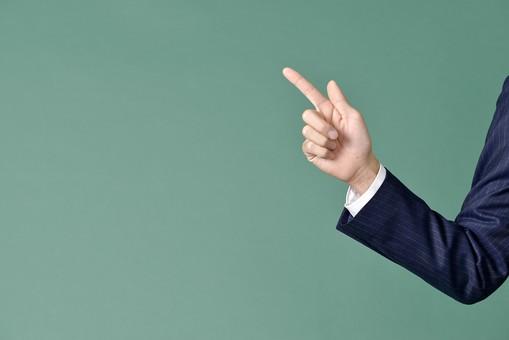 ビジネスマン スーツ グリーンバック 緑 黒板 シャツ 右手 手首 指 指差し チョキ 2本 親指 人差し指 教室 指差し 指さす 授業 先生 仕事 ビジネス 説明 サラリーマン 男性 メンズ 右腕 左上