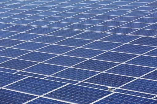 発電 ソーラーパネル 太陽電池 太陽光パネル 太陽発電 太陽光発電 エネルギー ソーラー発電 ソーラーパワー エコロジー エコ 環境 テクノロジー 技術 電気 クリーン 自然 自然エネルギー クリーンエネルギー パネル 結晶シリコン 結晶 シリコン シリコンセル システム 産業 売電 金属 反射 アップ クローズアップ 青 青色 背景 フレーム 枠 バックグラウンド 模様 パターン 沢山 たくさん 並ぶ 屋外 テクスチャ 一面 広い