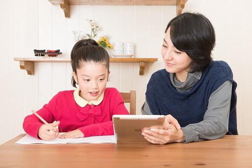 人物 日本人 家族 ファミリー 親子  母子 お母さん おかあさん ママ 子供  こども 娘 女の子 小学生 勉強  学習 教育 宿題 家庭学習 部屋  リビング テーブル 見守る 教える 指導 コミュニケーション 笑顔 優しい タブレット  mdjf017 mdfk014