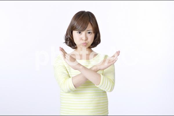 バツサインを出す女性5の写真